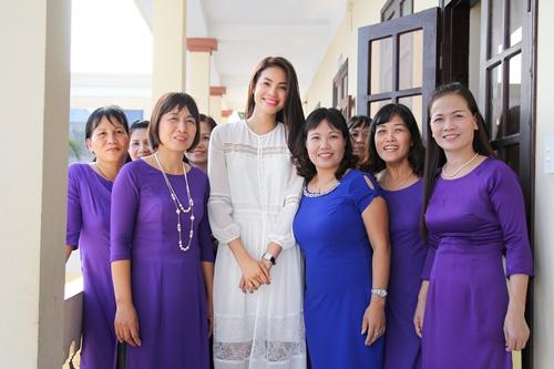 HH Phạm Hương bật khóc khi về thăm trường cũ-11
