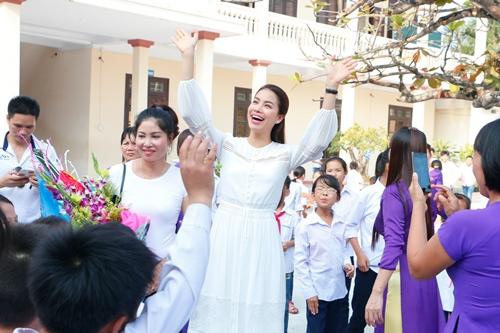 HH Phạm Hương bật khóc khi về thăm trường cũ-12