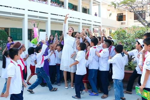 HH Phạm Hương bật khóc khi về thăm trường cũ-13
