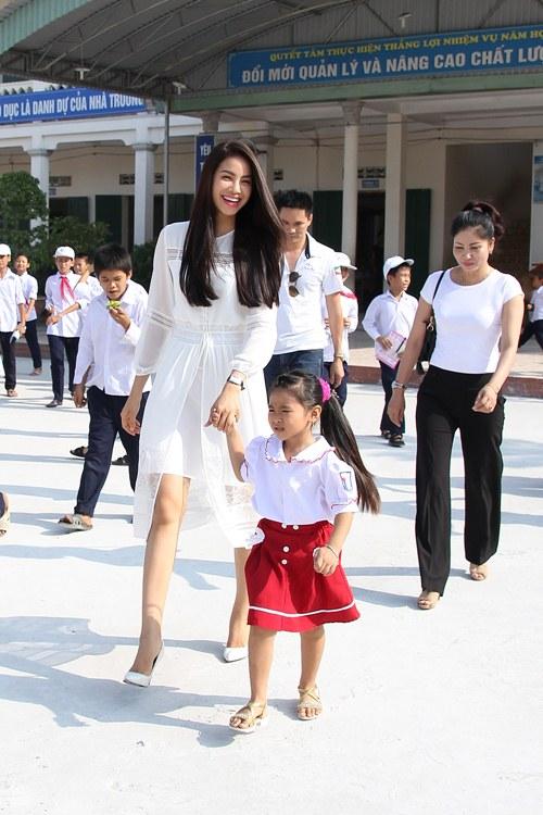 HH Phạm Hương bật khóc khi về thăm trường cũ-2