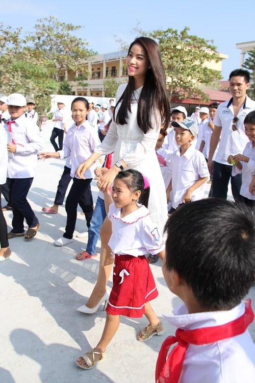 HH Phạm Hương bật khóc khi về thăm trường cũ-3