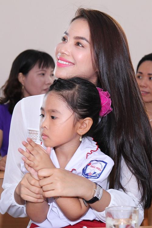 HH Phạm Hương bật khóc khi về thăm trường cũ-4
