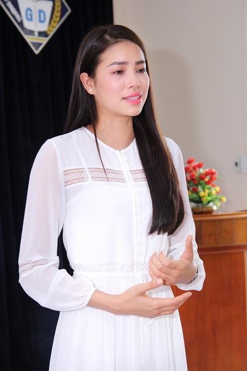 HH Phạm Hương bật khóc khi về thăm trường cũ-5