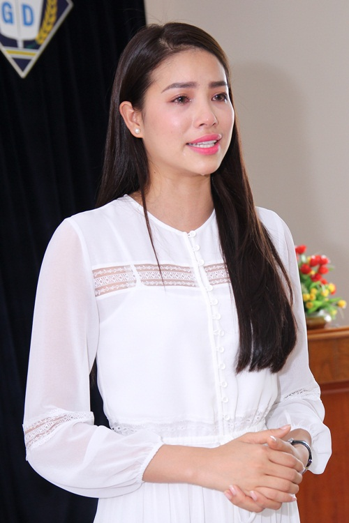 HH Phạm Hương bật khóc khi về thăm trường cũ-6