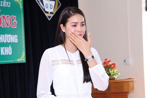 HH Phạm Hương bật khóc khi về thăm trường cũ-7