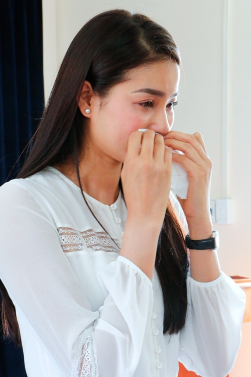 HH Phạm Hương bật khóc khi về thăm trường cũ-8