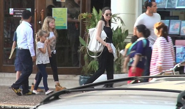 angelina jolie thich ngam cac em be campuchia tren pho - 2