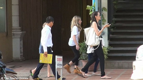 angelina jolie thich ngam cac em be campuchia tren pho - 5