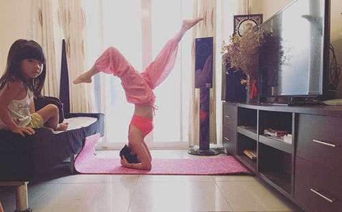 ba me 2 con sai thanh dang sieu dep nho tap yoga - 4