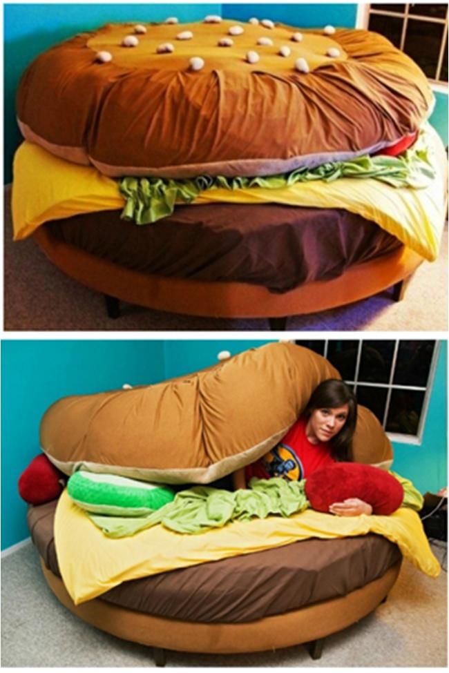 Giường bánh hamburger  Chiếc giường này được làm tỉ mẩn đến từng chi tiết nhỏ. Những chiếc gối là dưa chuột và nước sốt cà chua, và chăn bông là lát pho mát!.
