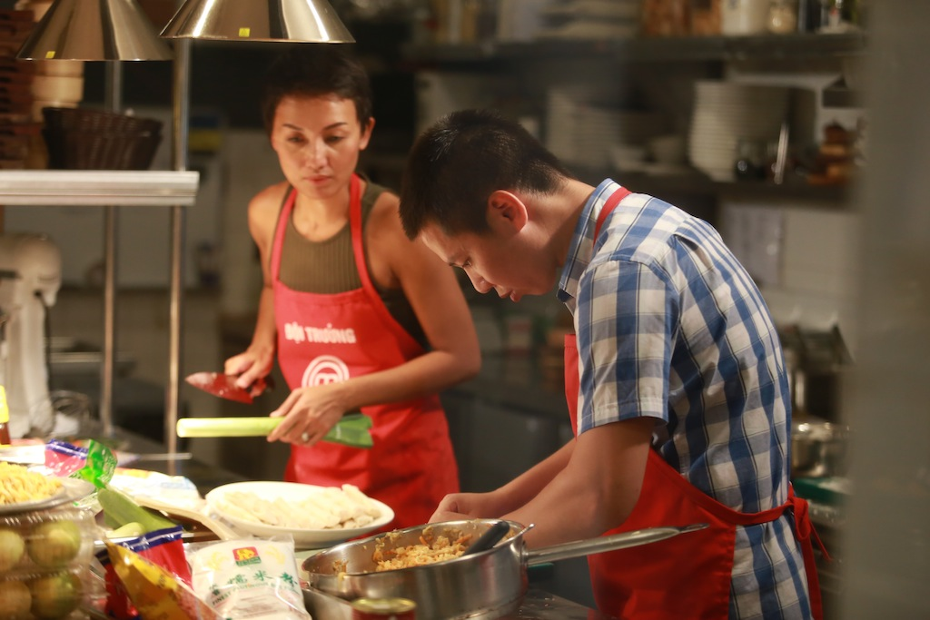 masterchef vn: ap luc cang thang, pham tuyet muon danh lon voi quoc viet - 2