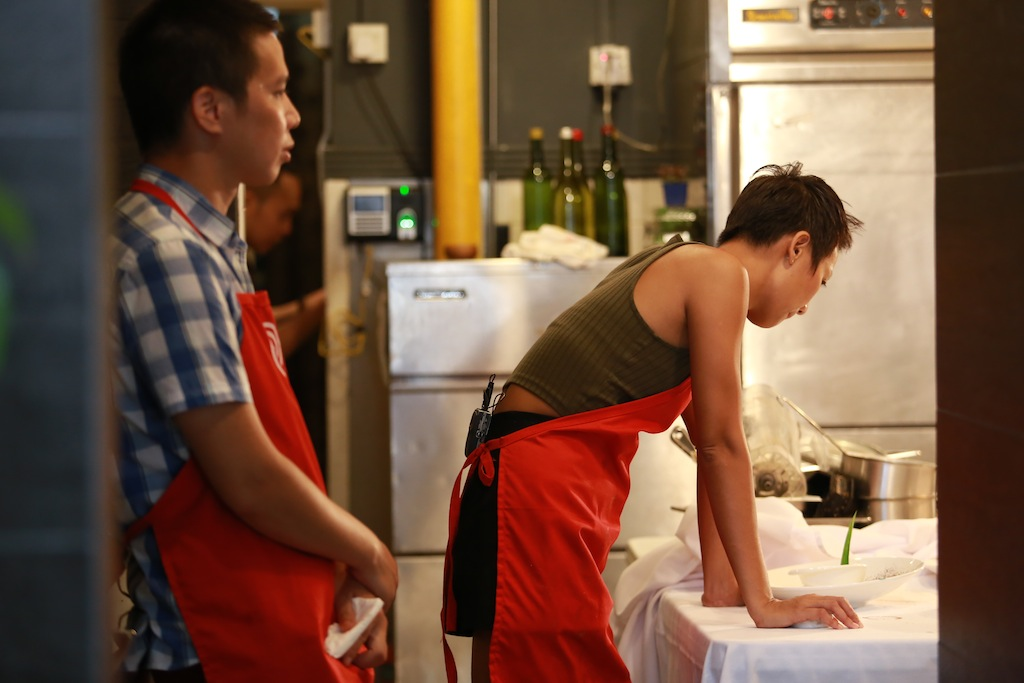 masterchef vn: ap luc cang thang, pham tuyet muon danh lon voi quoc viet - 4