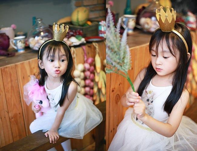 Mẹ Thiên Ân cho biết, cô bé vừa hoàn thành những cảnh cuối trong TVC quảng cáo cho một thương hiệu nước giải khát lớn ở Việt Nam và hiện đang có dự định theo học một lớp mẫu nhí.