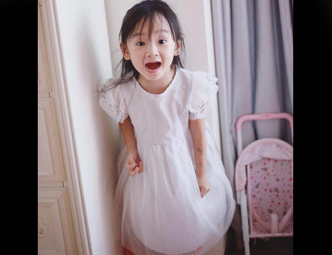 Cô bé này khá điệu đà, yêu thích màu hồng và các bộ váy đầm công chúa. Tuy nhiên, cũng rất tinh nghịch không kém các cậu nhóc khác.
