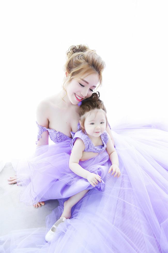 Bộ ảnh mới nhất của Elly Trần và bé Mộc Trà đang khiến cư dân mạng phát sốt bởi vẻ dễ thương, ngọt ngào của cả 2 mẹ con. Cô bé được mẹ diện mẫu đầm tím lavender kết đôi cùng mẹ.