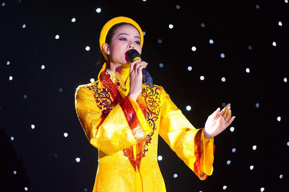 pham huong long lay voi ao dai tu than trong phan thi tai nang - 9