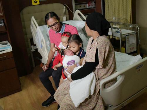 chuyen la: me singapore sinh 2 con cach nhau 10 thang - 1