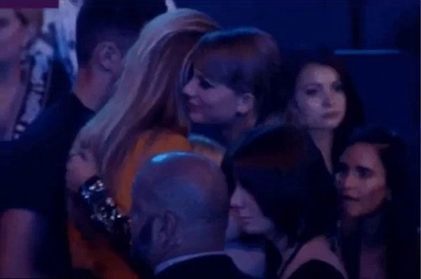 kim kardashian an nhau thai de tranh tram cam sau sinh - 8