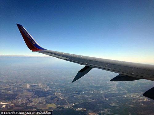 may bay boeing 737 ha canh khan cap vi 'rung' canh khi bay - 1