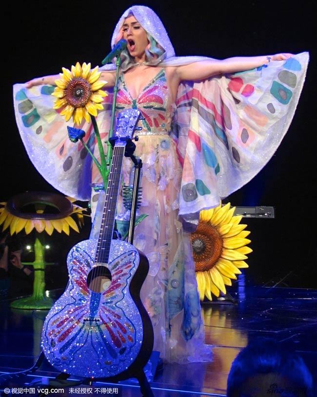 Katy Perry luôn có những ý tưởng hóa trang rất kỳ cục trên sân khấu âm nhạc. Đây là một trong những trang phục diễn 'quá lố' nhất của người đẹp trong năm qua.