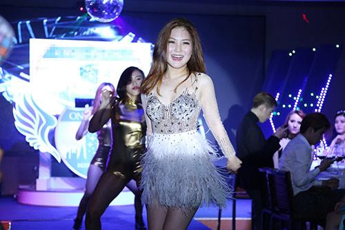huong tram lay khan lam ao tat bat chay show - 6