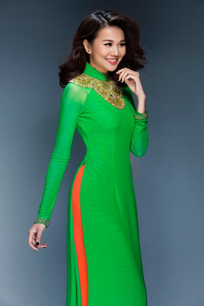 Thanh Hằng khoe vẻ đẹp thuần Việt với bộ sưu tập áo dài Tết, siêu mẫu trở lại với hình ảnh nền nã ấn tượng.