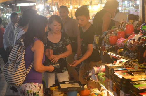 nguòi dan sài gòn táp nạp mua sam dip tet duong lich 2016 - 11