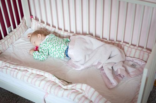 Mẹo ru trẻ vào giấc ngủ trong vòng 5 phút khi đặt vào nôi - 1