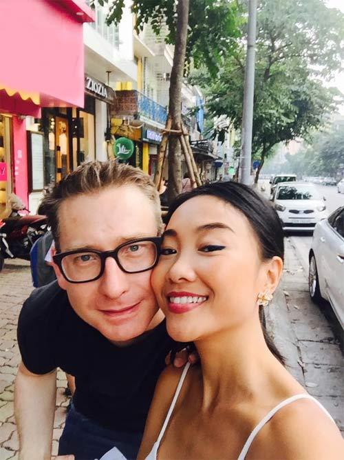 """Đoan Trang """"dụ"""" chồng Tây thưởng thức bún chả Hà Nội-3"""
