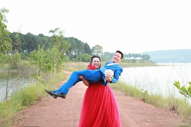 "cap doi hot nhat mxh: chang trai ""gay nhom"" me co nang hon minh 30kg - 2"
