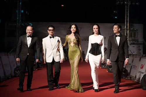 Vợ chồng Bebe Phạm – Dustin Nguyễn tình tứ, ngọt ngào trên thảm đỏ-10