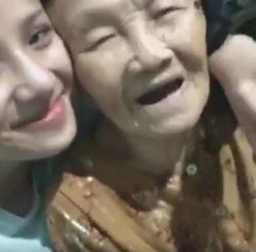 """Dân mạng phát sốt với bà ngoại gần 100 tuổi siêu """"cute"""" giục cháu 'Yêu đi không quá lứa'-2"""
