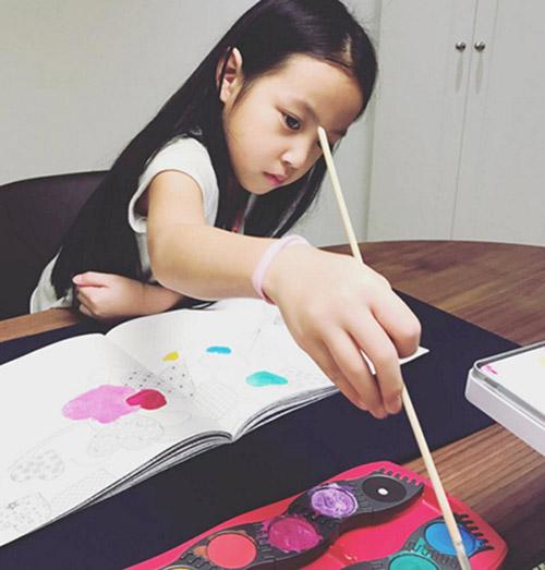 Lâm Tâm Như còn đang bầu, con gái Triệu Vy đã sắp thành đại mỹ nhân giống mẹ-1