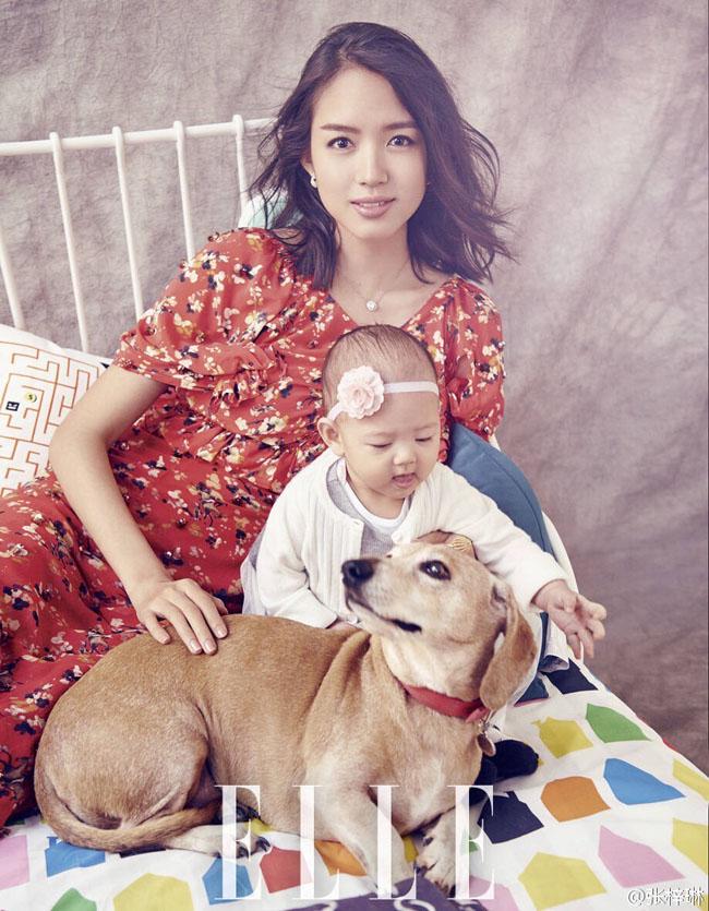 Lần đầu tiên Trương Tử Lâm đưa con gái mình lên bìa tạp chí.