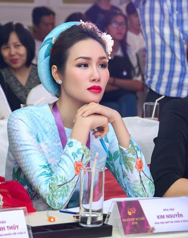 Hoa hậu Kim Nguyễn đẹp nền nã đi chấm thi Bán kết Hoa khôi Xứ Dừa 2016-2