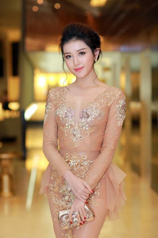 Thời trang sao Việt đẹp: Chi Pu hot nhất tuần nhờ váy táo bạo và giầy cao 18cm-9