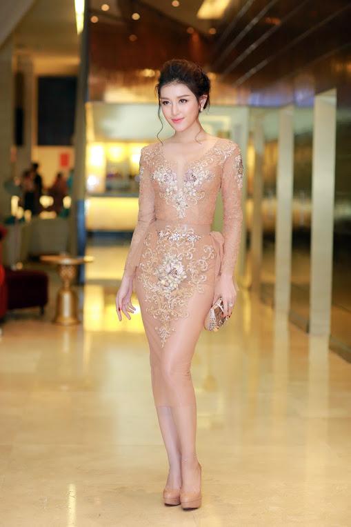 Thời trang sao Việt đẹp: Chi Pu hot nhất tuần nhờ váy táo bạo và giầy cao 18cm-10