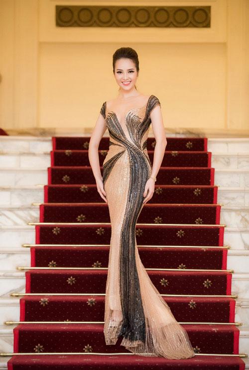 Thời trang sao Việt đẹp: Chi Pu hot nhất tuần nhờ váy táo bạo và giầy cao 18cm-6