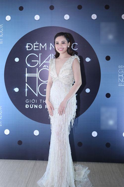 Thời trang sao Việt đẹp: Chi Pu hot nhất tuần nhờ váy táo bạo và giầy cao 18cm-12