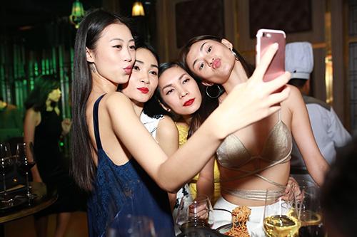Dàn mẫu bị cấm diễn nô nức chuẩn bị cho Tuần lễ Nhà thiết kế thời trang-4