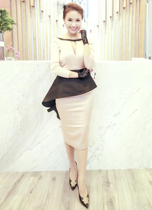 Thời trang sao Việt xấu: Hòa Minzy bị chê là thảm họa thời trang-6