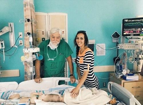 Hai bé trai song sinh liền đầu lần đầu được nhìn thấy nhau sau phẫu thuật-4