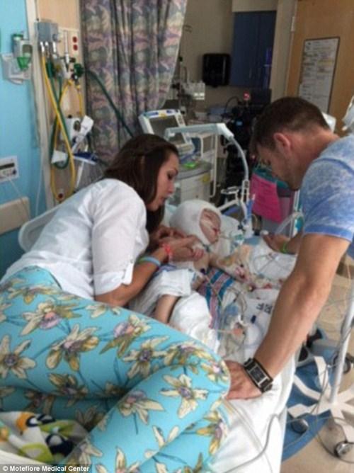 Hai bé trai song sinh liền đầu lần đầu được nhìn thấy nhau sau phẫu thuật-10