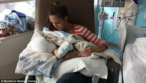 Hai bé trai song sinh liền đầu lần đầu được nhìn thấy nhau sau phẫu thuật-9