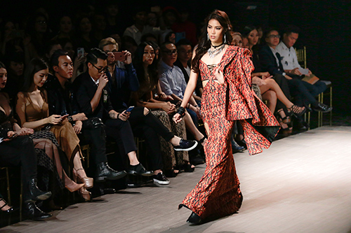 lan khue nhuong vedette cho hoang thuy de catwalk lanh lung the nay day - 1