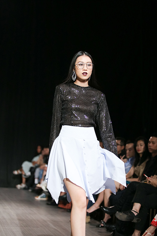 lan khue nhuong vedette cho hoang thuy de catwalk lanh lung the nay day - 16