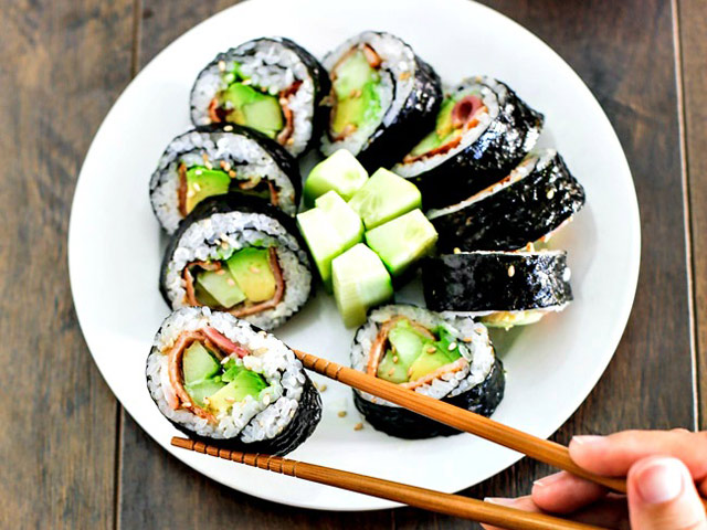 lam sushi cuon qua bo tuoi ngon, la mieng voi vai buoc don gian - 6