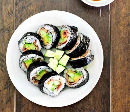 lam sushi cuon qua bo tuoi ngon, la mieng voi vai buoc don gian - 5