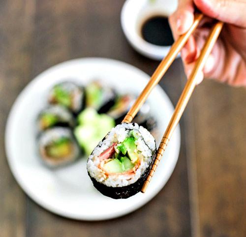 lam sushi cuon qua bo tuoi ngon, la mieng voi vai buoc don gian - 8
