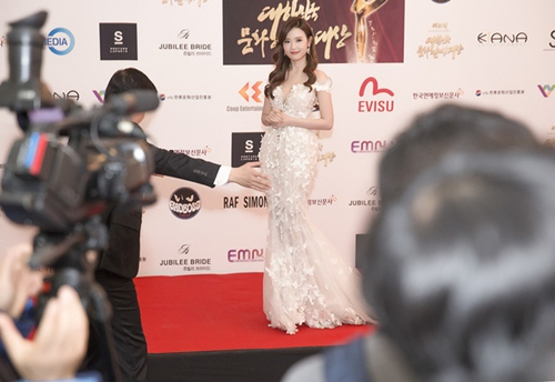 Midu, DJ Trang Moon gợi cảm tuyệt đối khi sánh đôi nhận giải tại Hàn Quốc-1